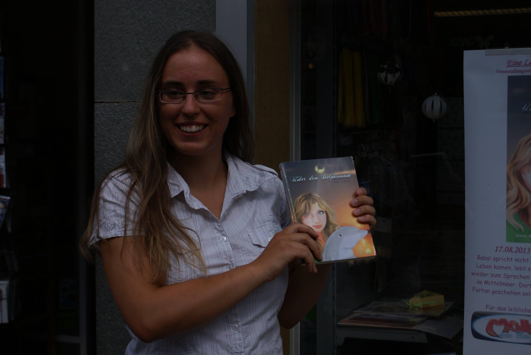 Merquana mit ihrem Buch Unter dem Delphinmond